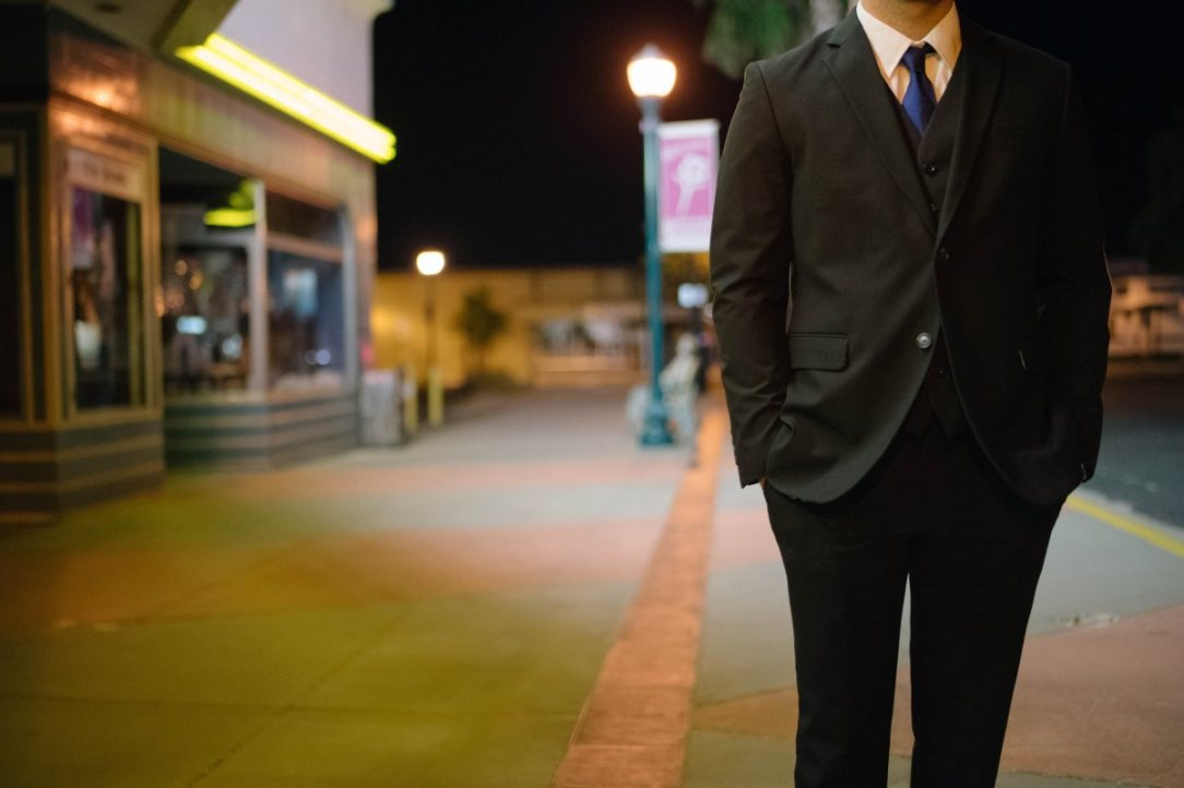 man_corporate_businessman_suit_tie_street_urban_city-868163.jpg!d
